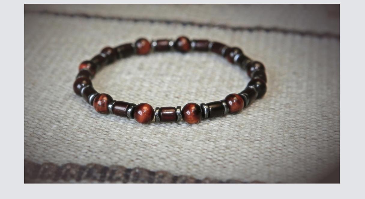 12,00 EUR --- Edvards --- Sarkanā tīģeacs (buļļacs) aproce --- Materiāls: buļļacs 8 mm; hematīta starplikas (gunmetal krāsā); sandalkoka elementi; silikona gumija dubulta