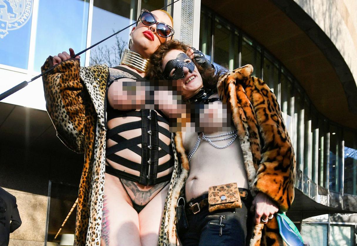Foto: Bez darba palikušās seksa industrijas darbinieces sarīko protestu Nīderlandes ielās (18+)