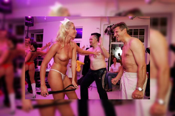 Foto: Pacientes dejo striptīzu ar skandalozo plastikas ķirurgu Jāni Ģīli