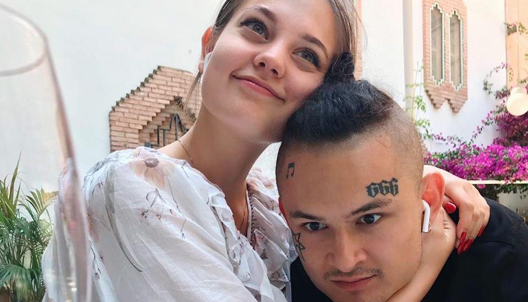 Foto: Skandalozais reperis Morgenšterns kopā ar mīļoto sievieti fotografējas kaili