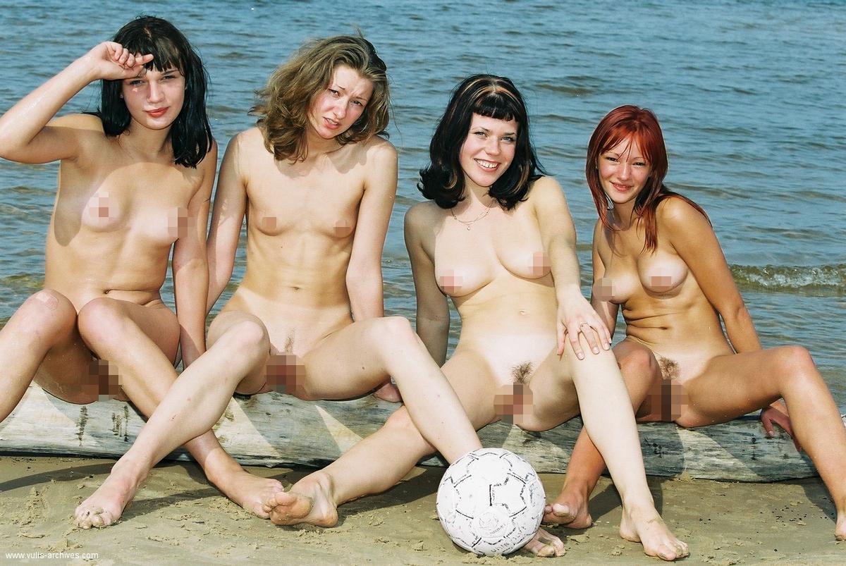 Kailas latviešu meitenes Jūrmalā spēlē futbolu (18﹢)