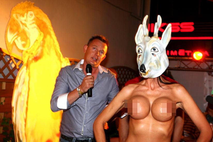 Foto (20): Kaspars Krištopans nosvinējis jubileju klubā Mad House ar kailu sievieti, kurai superlielas silikonkrūtis (18+)