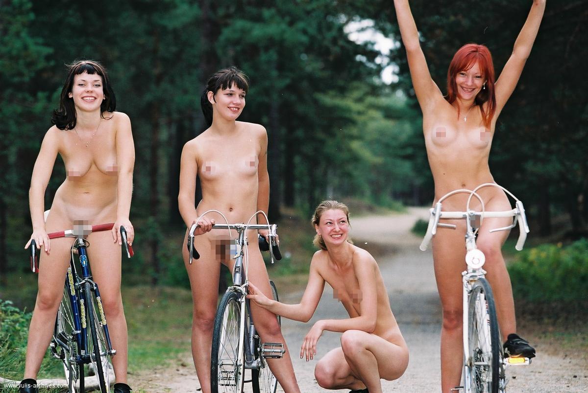 Latviešu sievietes pavisam kailas uz velosipēdiem Mežaparkā un bijušajā ACSK stadionā (18﹢)