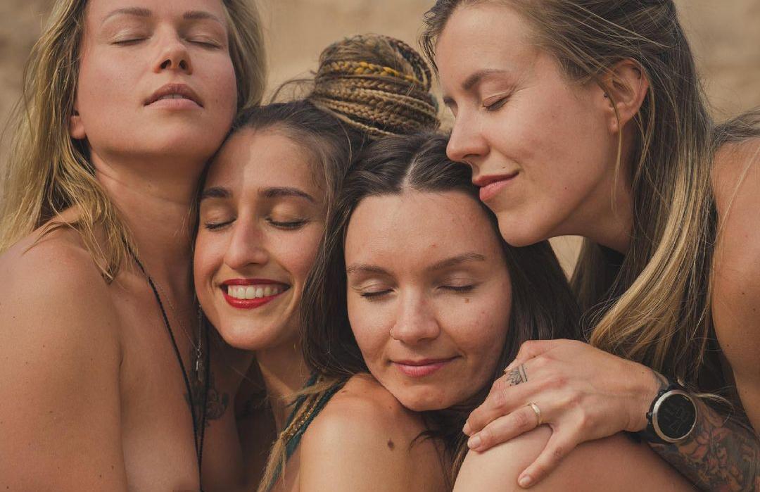 Foto (33): Mīlas šova Dana nofotografējas kaila ar savām māsām (18+)