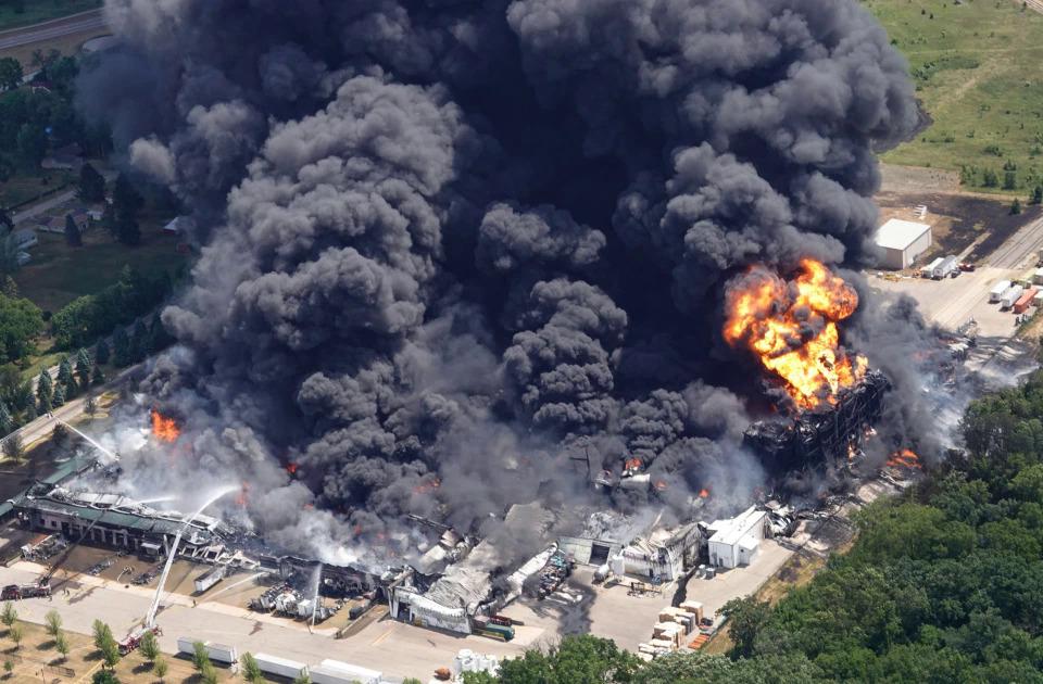 Foto/Video: Milzīgs ugunsgrēks ASV iznīcina ķīmisko rūpnīcu, indes var noplūst Misisipi