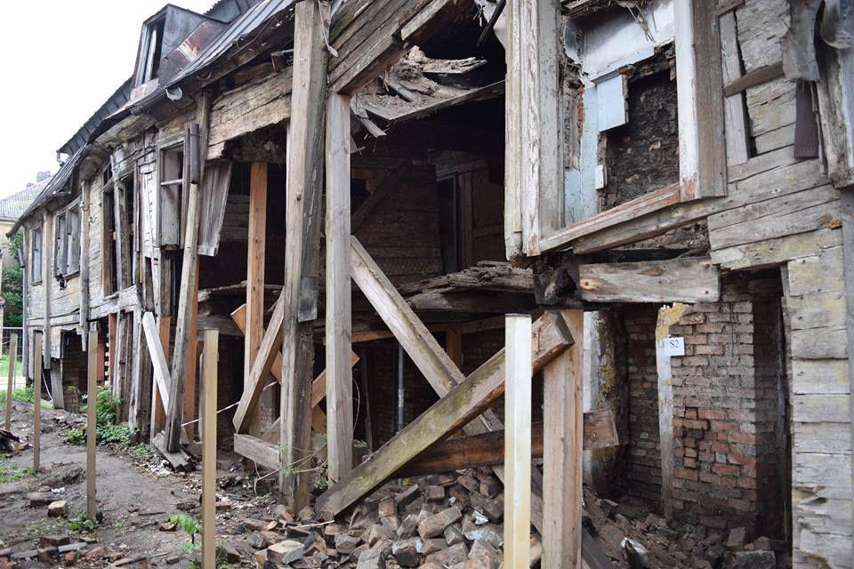 Aplūko 21 fotogrāfijas, kā no grausta Jelgavā tika restaurēts koka nams