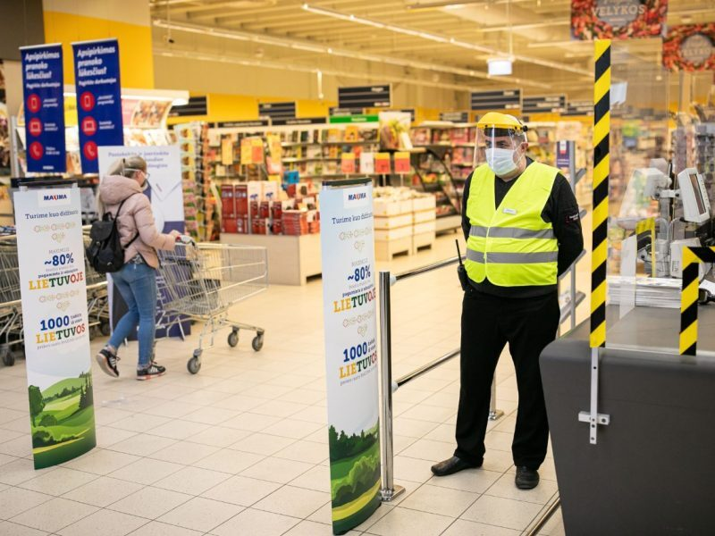 Lietuvā lielie veikali pustukši, mazajos - cilvēku pulcēšanās. Lielveikalos krītas apgrozījums, dažviet pat par trešdaļu