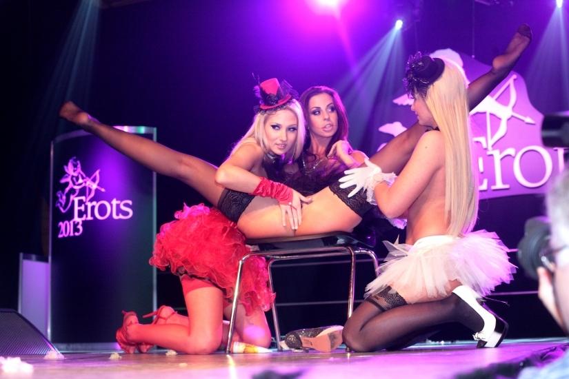 Trīs ungāru pornozvaigznes karstā lesbiešu šovā EROTS 2013 (pikanti 26 foto/18+)