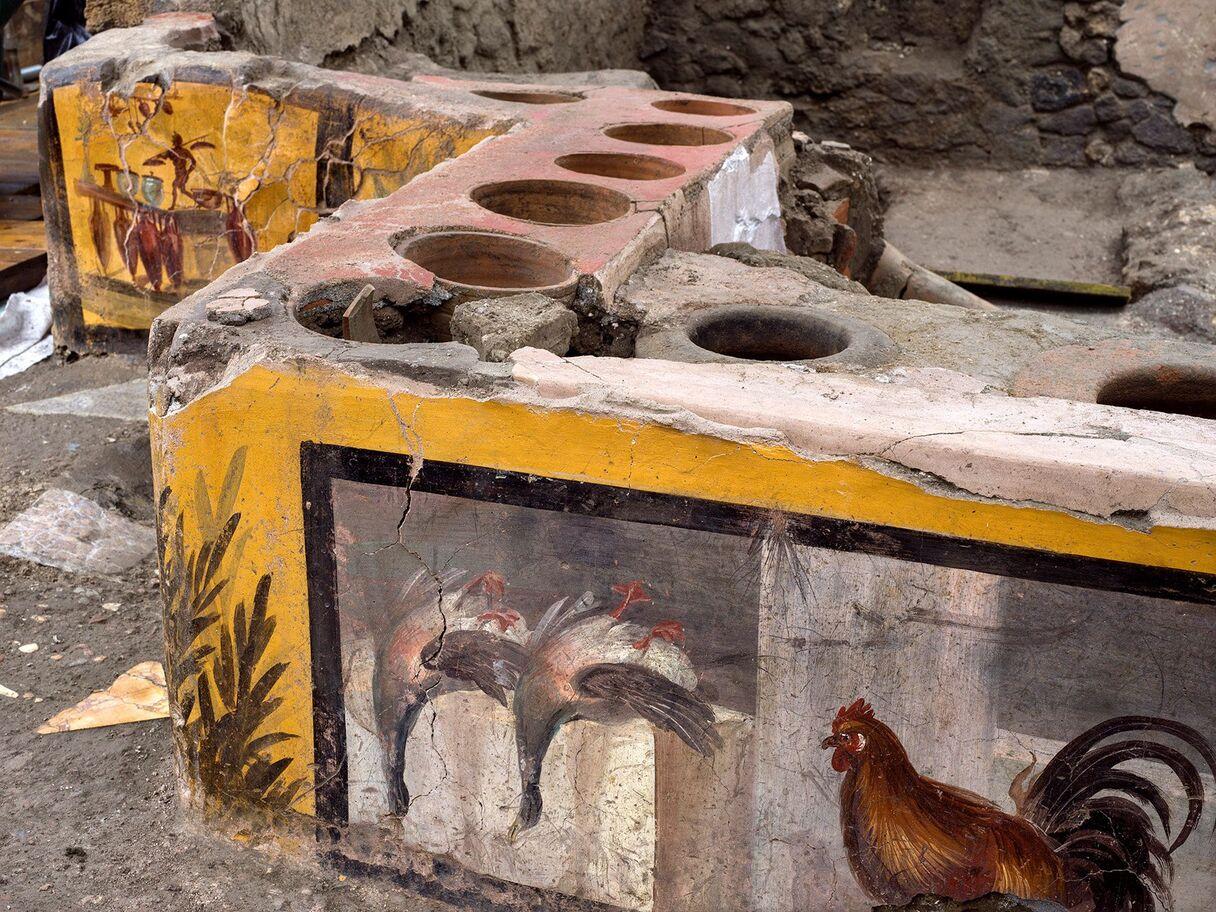 Arheologi Pompejos atraduši ātrās ēdināšanas iestādes atliekas