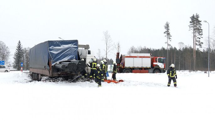 Piedzēries Ukrainas pilsonis Tīnužos ar kravas mašīnu iebrauc rotācijas aplī pretējā virzienā un avarē