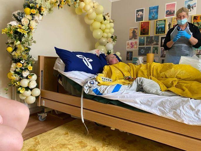 Nāvīgi slims 20 gadus vecs vīrietis apprec savu draudzeni - līdz kaps mūs šķirs.