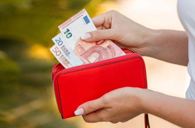 Lielbritānijas jaunākā loterijas uzvarētāja jau iztērējusi savu 2,1 miljonu eiro laimestu