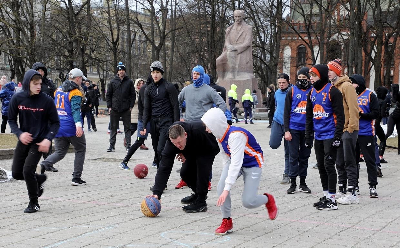 Foto: Rīgas centrā vairākās vietās pulcējušies Covid-19 ierobežojumu pretinieki un aktīvisti