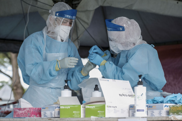 Latvijā 2 cilvēki atkārtoti saslimuši ar Covid-19