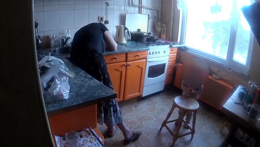 Rīgā no spēcīgi iereibušas mātes nošķir bērnu, ģimene dzīvojusi lielā netīrībā