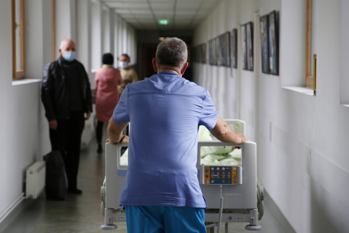 Saeimai būs jāizlemj, vai nevakcinētajiem par medicīnu maksāt pašiem