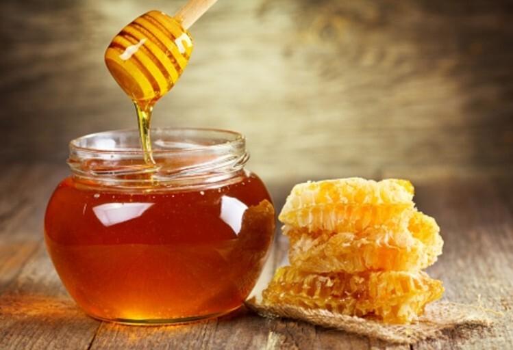 Divus policistus rosina apsūdzēt kukuļņemšanā:  par 50 kilogramu medus pieprasīšanu un pieņemšanu