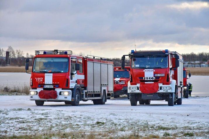Foto: Garkalnes novadā notiek ledū ielūzušas automašīnas izcelšana no ūdenstilpes Lielajā Baltezerā