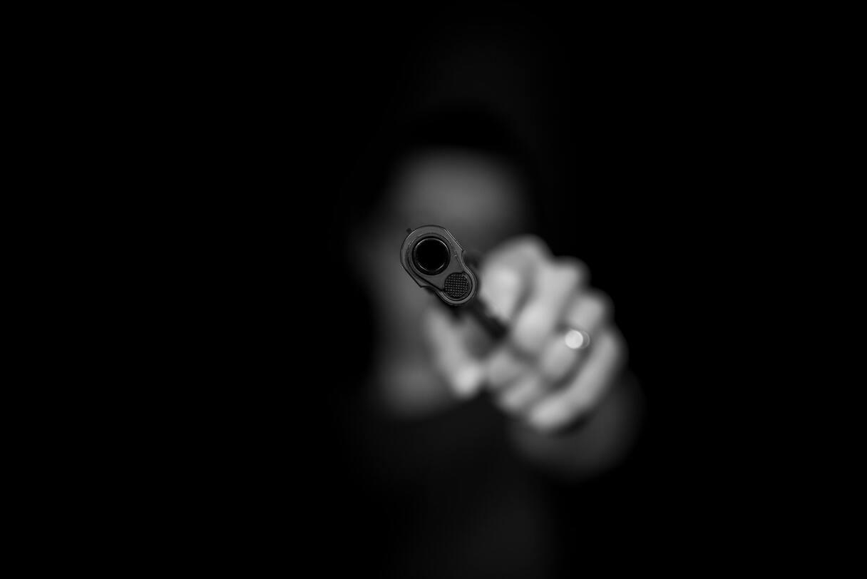 NRA: Imantā dārglietu veikala apsargs sašauj zagli, kas uzbrūk viņam ar cirvi; aiztur divas personas