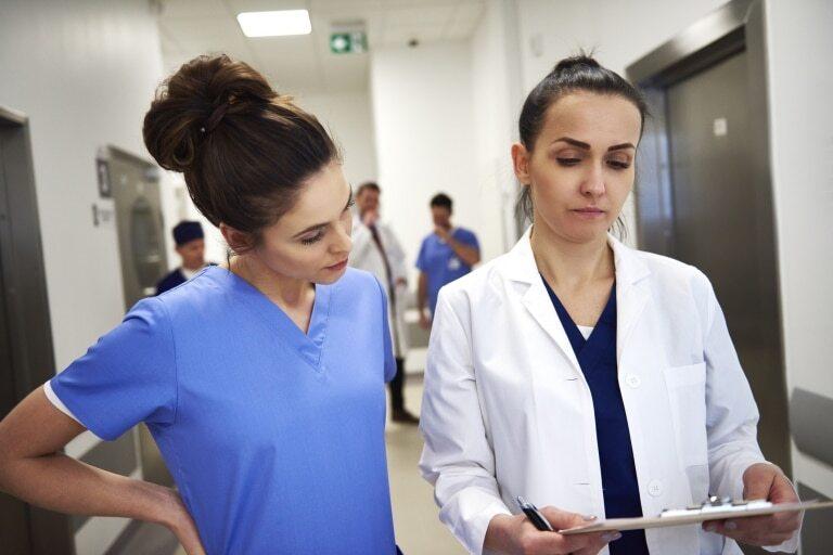 Jaunie ārsti saņemot draudu vēstules saistībā ar Covid-19 problēmu risināšanu