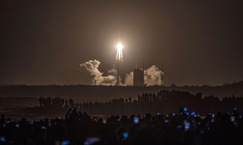 Ķīnas zonde sekmīgi piezemējusies uz Mēness