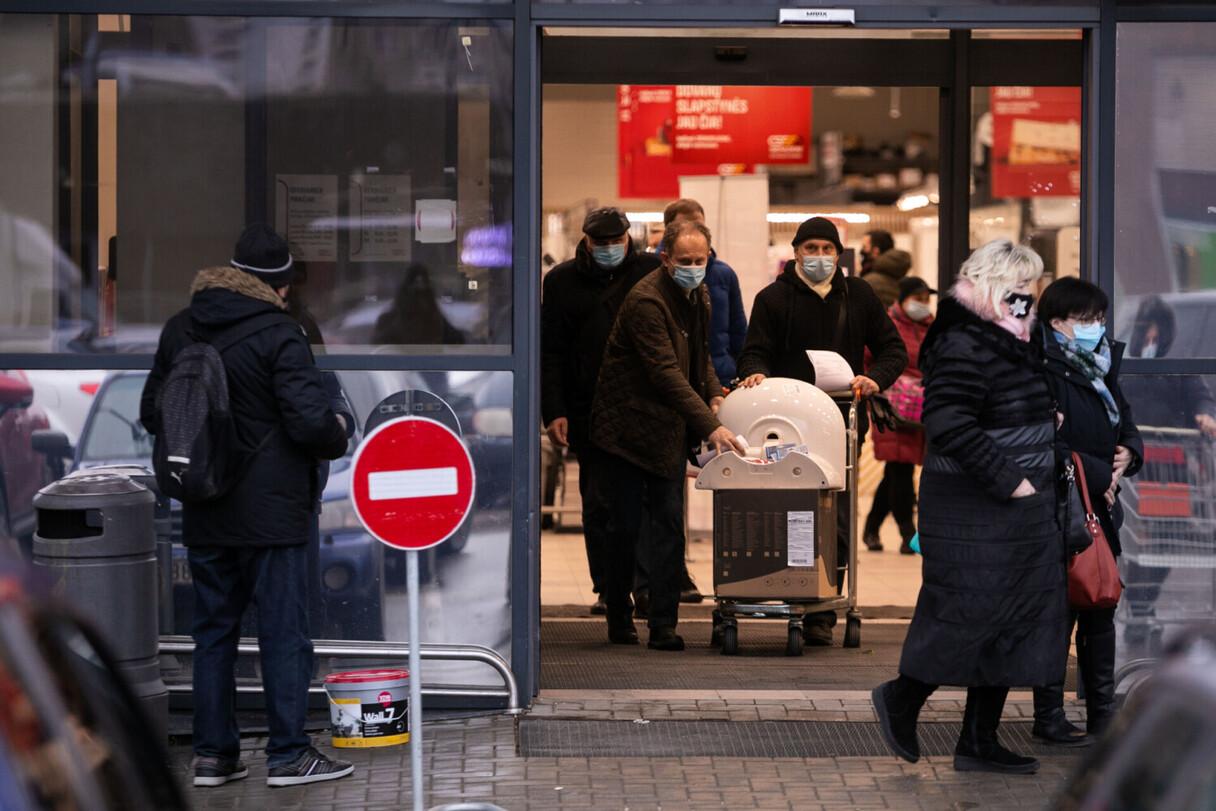 Lietuvā nevakcinētie nedrīkstēs apmeklēt lielveikalus, izklaides vietas un saņemt virkni pakalpojumu