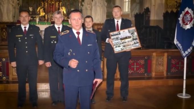 Lietuvas policisti latviešu valodā sirsnīgi sveic kolēģus Latvijā 102.gadadienā!