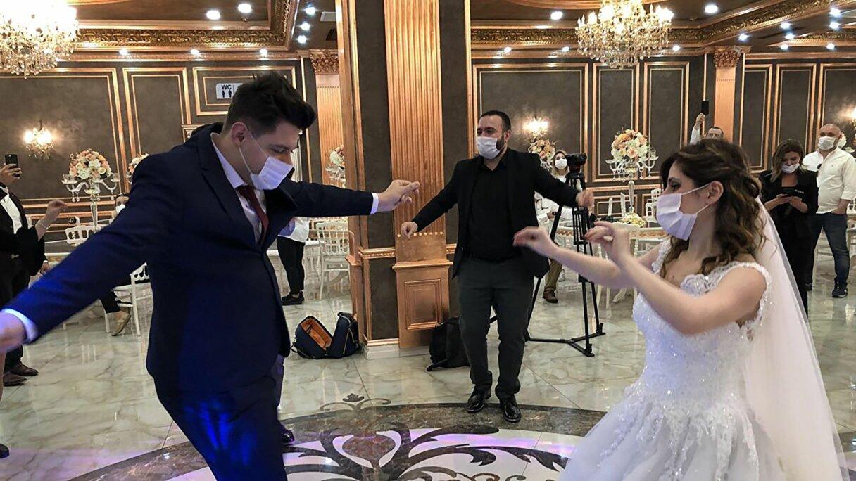Pēc kāzu svinībām 177 cilvēki inficējas ar Covid-19 un 7 mirst