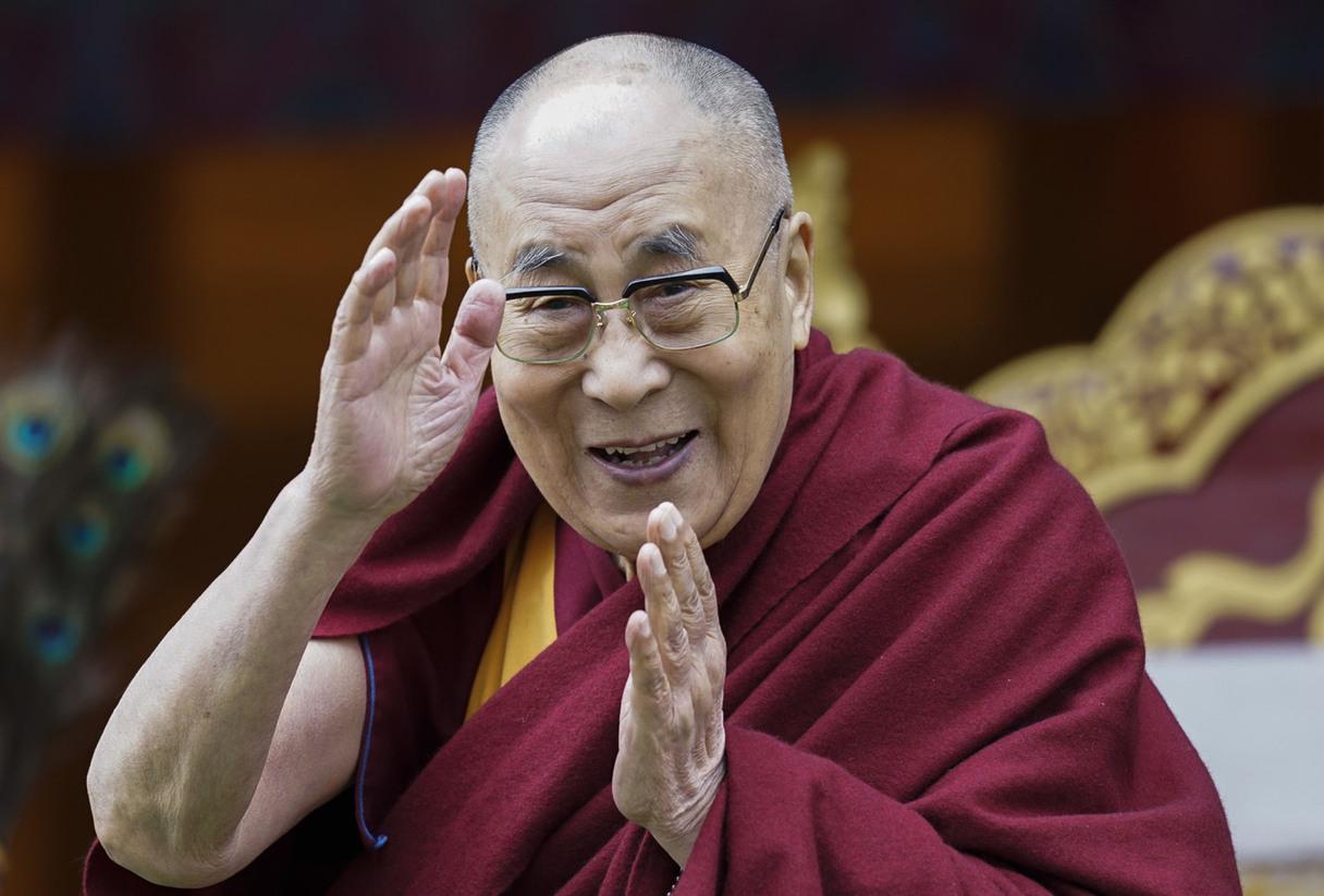 Pirmo poti pret Covid-19 saņēmis Dalailama