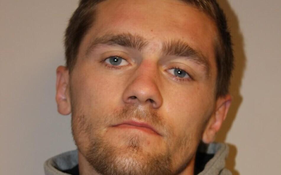 Policija meklē attēlā redzamo vīrieti, kurš izvairās no apcietinājuma. Brīdina nekādā gadījumā viņam netuvoties