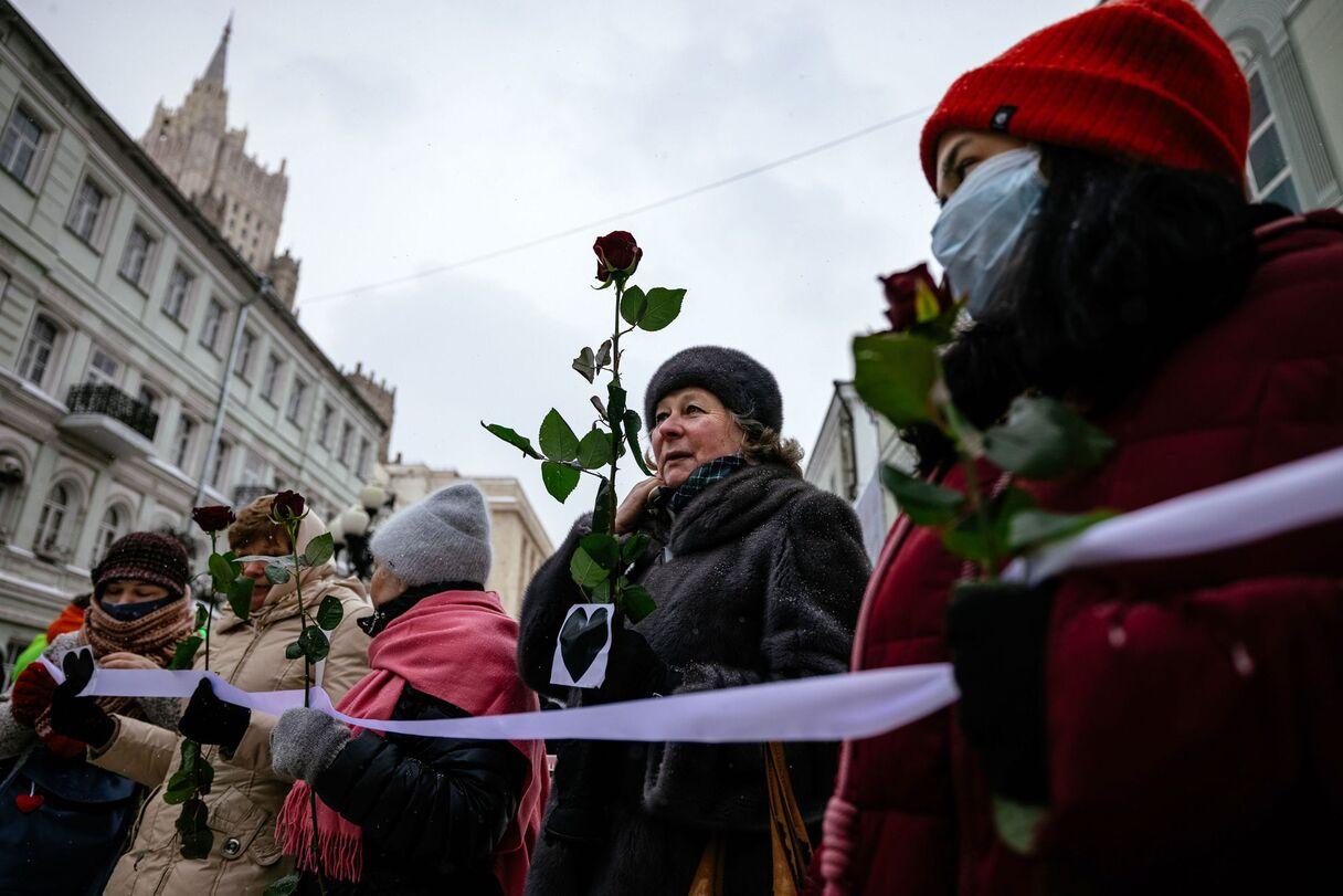 Foto: Sanktpēterburgā un Maskavā sievietes izveido dzīvas ķēdes, protestējot pret represijām