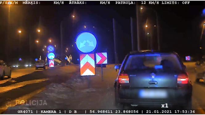 Video: Autovadītājs, bēgot no Valsts policijas, pa Jūrmalas šoseju traucas ar 170 km/h