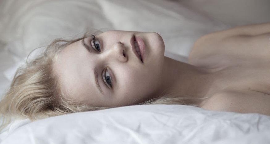 Supermodele Ginta Lapiņa pēdējos grūtniecības mēnešos fanus iepriecina ar kailfoto