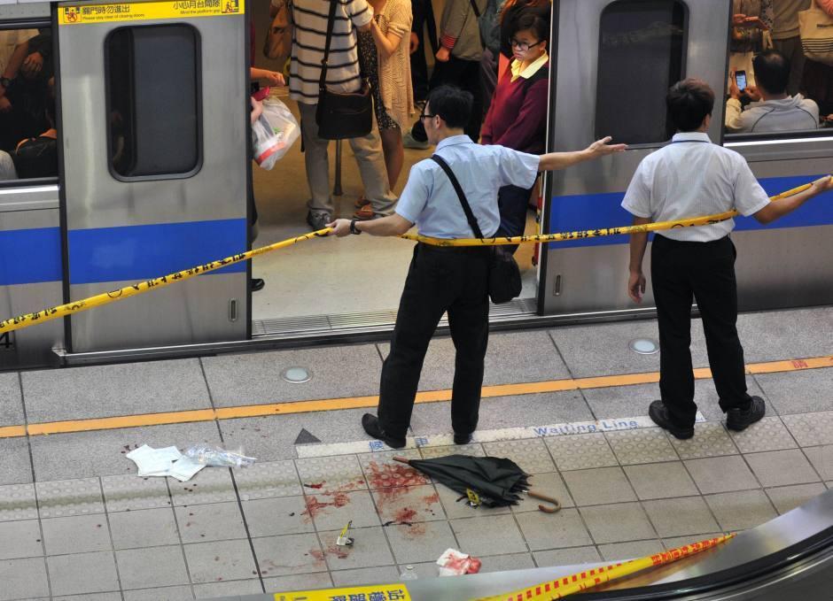 Video: Tokijā braucošā pasažieru vilcienā vīrietis sadur 10 cilvēkus
