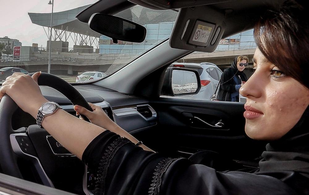 Turkmenistānā sievietēm draudot ar nepatikšanām, atsaka izdot autovadītāja apliecības