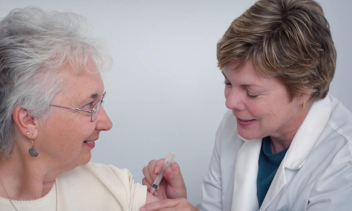 Vakcināciju pret Covid-19 Latvijā paredzēts veikt pakāpeniski un tā būšot brīvprātīga