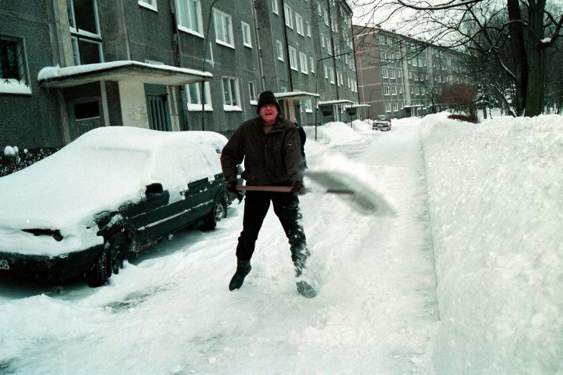 Vēlas panākt ar manabalss.lv, lai Rīgas ietves tīrītu pašvaldība, nevis privātīpašnieki