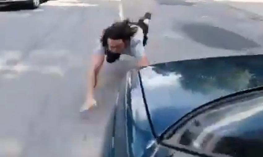 Video: Jaunietis izklaudējoties uz ātri braucošas automašīnas, nokrīt uz ceļa braucamās daļas