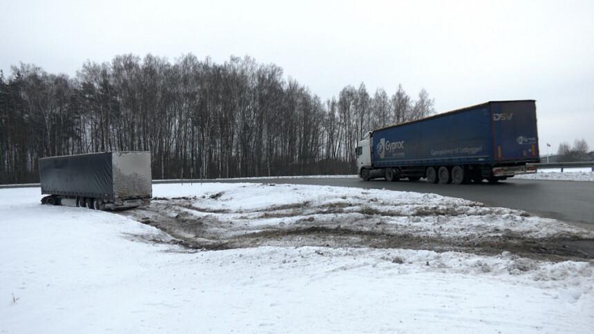 Video: Ķekavas novadā avarē smagais auto ar aptuveni 500 televizoru kravā