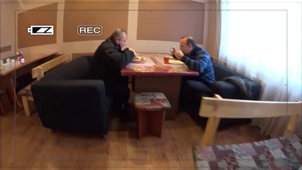 Video: Ogres pašvaldības policijas vadība klaji pārkāpj ierobežojumus un mierīgi pusdieno kafejnīcā