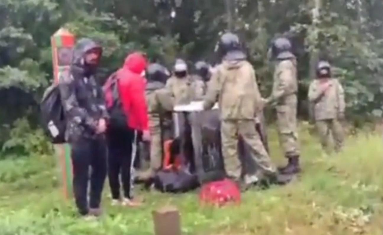 Video redzams, kā nelegālie migranti iestrēguši pie Lietuvas un Baltkrievijas robežas