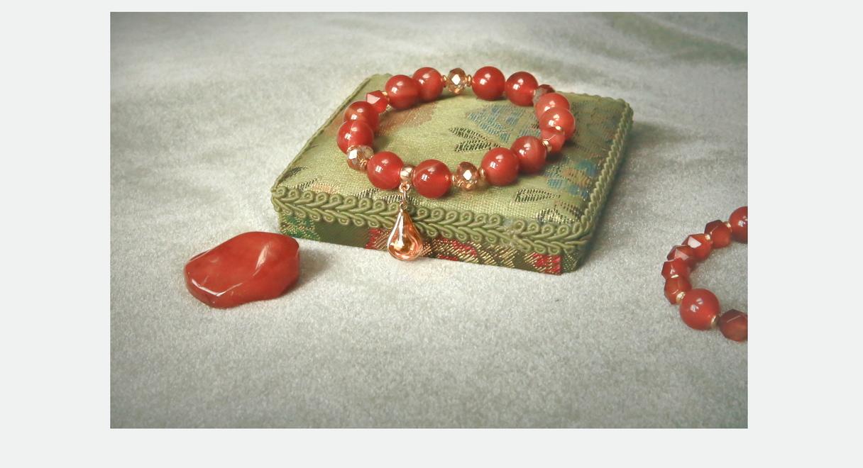 15,00 EUR - Samanta --- Karneola aproce ar lāsīti --- Materiāls: Karneols (serdoliks) 10mm; Austrijas slīpētā stikla pērles; starplikas zelta krāsā; silikona gumija