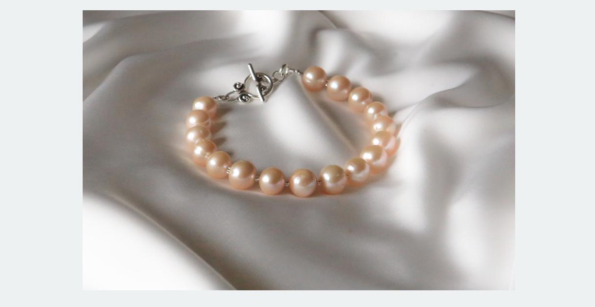 16,00 EUR --- Aurēlija --- Lielo pērļu aproce ---- Materiāls: maigi zeltainas pērles (saldūdens kultivētās) 10mm (ir nelieli iespiedumi, kas tikai apliecina, ka pērle nav imitācija); uz stieples; T veida aizdare -- grezna aproce rokai virs 17 cm apkārtm.