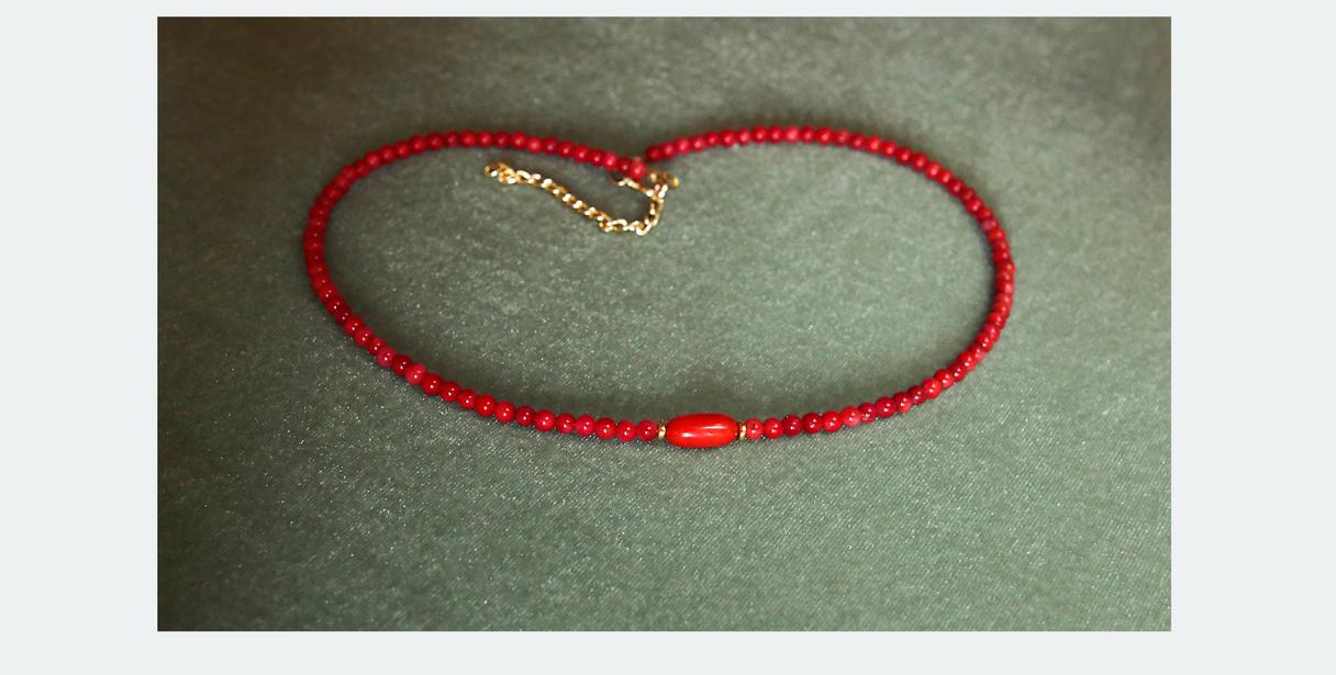 12,00 EUR - Keita - Smalku koraļļu īsā kaklarota (čokers)--- Materiāls: Korallis sarkans (brūklenīte) 4mm ; centrā- ovāls korallis un hematīta starplikas; furnitūra zelta krāsā; aizdare karabīnveida; garums 42-45 cm +5cm pagarin.